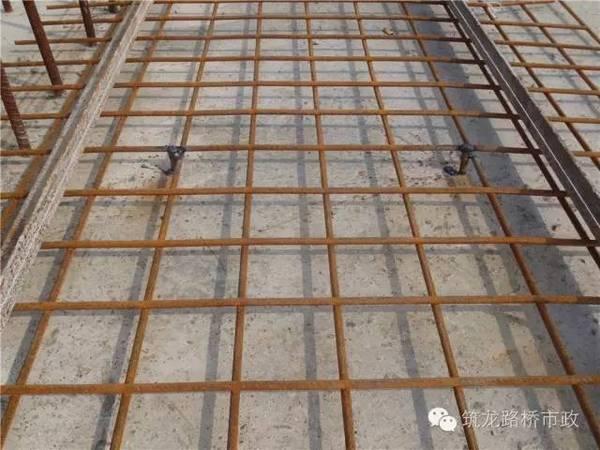上提d8焊接钢筋网片使其密贴槽钢底部,点焊保护层支撑钢筋固定.