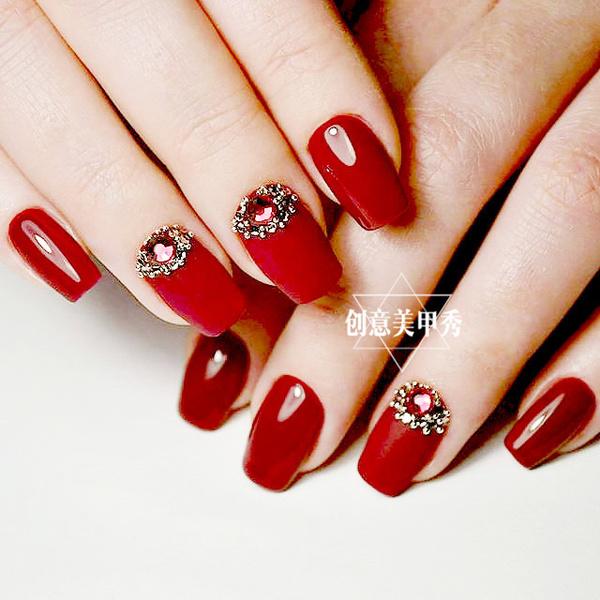 美甲红色跳色搭配图片_红色是女人的最爱,别说是新娘甲了,就算是日常的美甲,大红色和酒红色