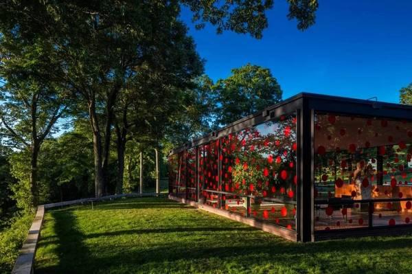 灰白之间 灰白美学分享 ◆ 艺术家及作家草间弥生为玻璃屋设计了几个图片