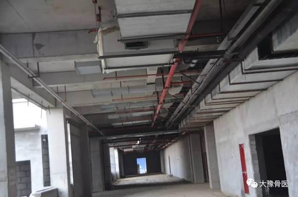 梯及扶梯共三个标段已安装完毕;给排水管道及强弱电桥架基本施工完毕图片