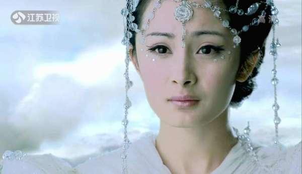 这是《古剑奇谭》中的剧照,杨幂饰演风晴雪.