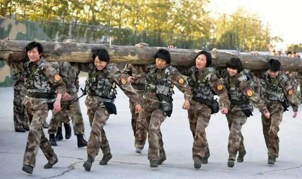 不爱红装爱武装的中国女子特种兵,200斤圆木扛起就走