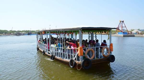 游客验票进入景区后,可乘坐渔民特色游船到达游乐景点, 渔岛是秦皇岛