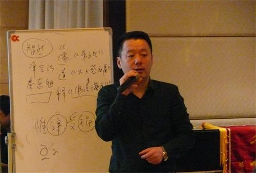 王红旗在讲座中详尽讲解古玉相关知识